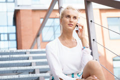 De jonge Telefoon van Onderneemstertalking on her Stock Foto