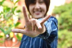 De jonge Thaise vrouwen toont sigh I Liefde u Royalty-vrije Stock Fotografie