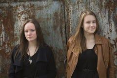 De jonge tienersmeisjes kosten pensively over mooie en geweven muur Royalty-vrije Stock Afbeeldingen