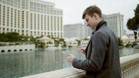 De jonge toerist kocht enkel iets online en zeer tevreden over het Royalty-vrije Stock Afbeeldingen