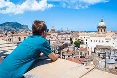 De jonge toerist neemt hierboven de stad van Palermo van waar royalty-vrije stock foto's