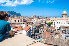 De jonge toerist neemt hierboven de stad van Palermo van waar royalty-vrije stock afbeeldingen