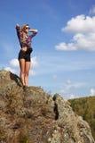 De jonge toerist van de blondevrouw in overhemd en borrels op een klip op B royalty-vrije stock fotografie