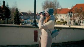 De jonge Toeristendame loopt dichtbij Middeleeuws Kasteel en neemt Beeld door Camera stock video