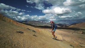 De jonge toeristenvrouw beklimt op steenberg schuif 50 fps stock videobeelden