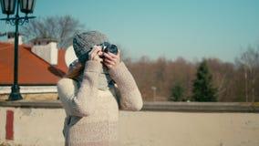 De jonge toeristenvrouw loopt dichtbij middeleeuws kasteel en neemt foto door camera stock videobeelden