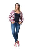 De jonge toevallige vrouw met dient zakken in die plaid rode en witte overhemd en jeans dragen Royalty-vrije Stock Foto's