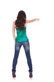De jonge toevallige vrouw richt vinger Stock Fotografie
