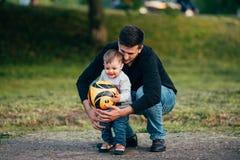 De jonge vader besteedt de kleine zoon van de tijdwinst, die en heeft pret spelen Stock Foto's