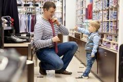 De jonge vader en de zoon maken het winkelen Stock Fotografie