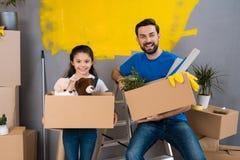 De jonge vader en weinig dochter zijn van plan om huisreparatie te maken Voorbereidingshuis voor verkoop royalty-vrije stock foto