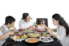 De jonge vader overtuigt zijn dochter om te eten Royalty-vrije Stock Foto's