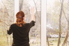 De jonge vensters van de vrouwenwas stock fotografie