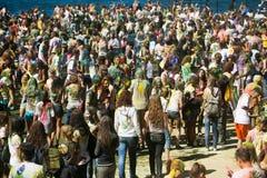 De jonge, verfraaide mensen nemen aan het Holi-festival van kleuren in Vladivostok deel stock afbeeldingen