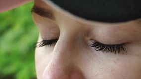 De jonge verontruste vrouw dicht en opent haar ogen Extreme dichte omhooggaand stock footage