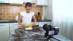 De jonge videoinhoud van de vloggeropname voor het rollende deeg van de voedselblog met deegrol stock videobeelden