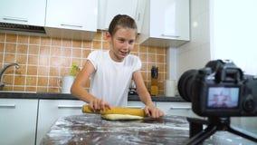 De jonge videoinhoud van de vloggeropname voor het rollende deeg van de voedselblog met deegrol stock footage