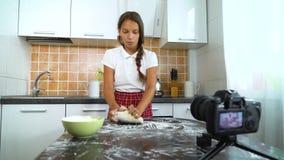 De jonge videoinhoud van de vloggeropname voor voedselblog het kneden deeg stock videobeelden