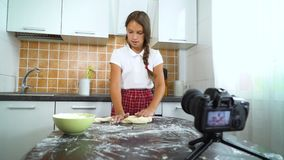 De jonge videoinhoud van de vloggeropname voor voedselblog het kneden deeg stock video