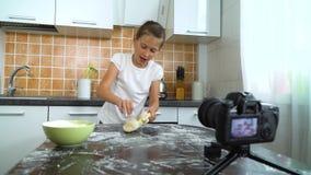 De jonge videoinhoud van de vloggeropname voor voedselblog het kneden deeg stock footage