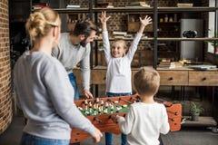de jonge voetbal van de familie speellijst samen stock foto