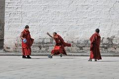 De jonge voetbal van het Lamaspel bij Labuleng-Tempel, Zuiden van Gansu, China stock afbeelding