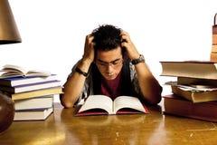 De jonge volwassen student leest boek Stock Fotografie