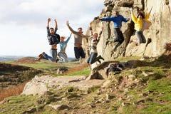 De jonge volwassenen op land lopen Royalty-vrije Stock Foto's