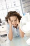De jonge voorzijde die van de vrouwenzitting van ventilator koelt Royalty-vrije Stock Foto