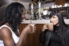 De jonge Vrienden genieten van Koffie in een Coffeeshop stock afbeeldingen