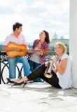 De jonge vrienden spelen de gitaar en de trompet royalty-vrije stock foto