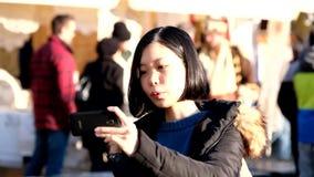 De jonge vrij Aziatische video van de vrouwenopname stock video