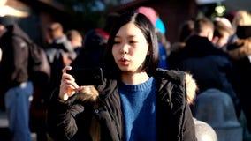 De jonge vrij Aziatische video van de vrouwenopname stock footage