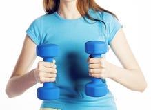 De jonge vrij donkerbruine vrouw met blauwe domoor isoleerde het vrolijke glimlachen, een deel van lichaam, het concept van dieet Stock Foto's