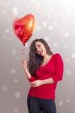 De jonge vrolijke gevormde ballon van de vrouwenholding hart Royalty-vrije Stock Fotografie