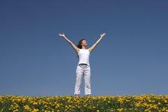 De jonge vrouw begroet de zon stock foto