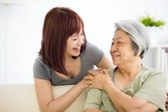 De jonge vrouw behandelt zorgvuldig oude vrouw stock afbeeldingen