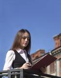 De jonge vrouw bekijkt vliegtuig Royalty-vrije Stock Foto
