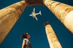 De jonge vrouw bekijkt vliegtuig dromend over vakantie Onderzoek de wereld De uitvoerconcept Tijd te reizen Het vrijheidsleven on stock afbeeldingen