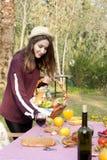 De jonge vrouw bereidt picknicklijst voor royalty-vrije stock afbeelding