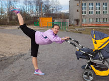 De jonge vrouw is bezig geweest met aerobics in een stadion Stock Afbeeldingen
