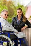 Vrouw die haar grootmoeder bezoeken Stock Afbeeldingen