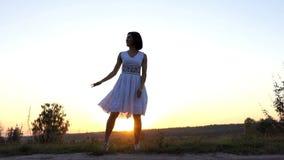 De jonge Vrouw danst Disco aan Haar Vriend bij Zonsondergang in Langzame Motie stock videobeelden