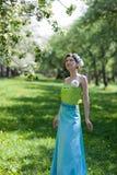 De jonge vrouw in de lentetuin Royalty-vrije Stock Foto