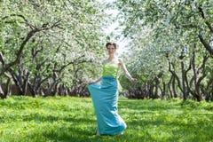 De jonge vrouw in de lentetuin Stock Afbeeldingen