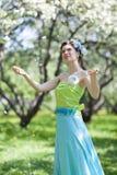 De jonge vrouw in de lentetuin Stock Fotografie