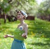 De jonge vrouw in de lentetuin Stock Foto's