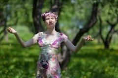 De jonge vrouw in de lentetuin Stock Afbeelding