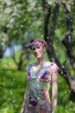 De jonge vrouw in de lentetuin Royalty-vrije Stock Fotografie