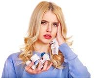 De jonge vrouw die griep hebben neemt pillen. Royalty-vrije Stock Foto's